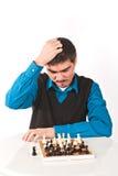Hombre que juega a ajedrez en el fondo blanco Imagenes de archivo