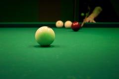 Sirva jugar en billares de la piscina en la tabla verde Imágenes de archivo libres de regalías