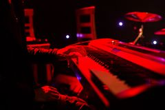 Sirva jugar en el teclado del sintetizador en etapa durante concierto Imagenes de archivo