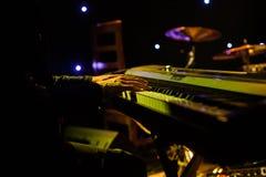 Sirva jugar en el teclado del sintetizador en etapa durante concierto Imagen de archivo