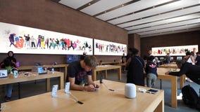 Sirva jugar en tienda con Apple XS cerca de homepod almacen de video