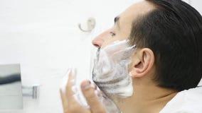 Sirva la aplicación afeitando espuma en la piel de la cara, el skincare y la higiene, ritual de la mañana metrajes