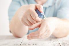 Sirva la aplicación de la crema en las manos, piel seca de la crema hidratante Dermatología, fotos de archivo libres de regalías