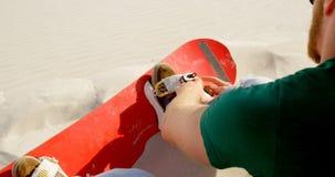 Sirva la atadura del tablero de la arena a su calzado 4k almacen de metraje de vídeo