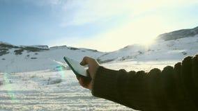 Sirva la búsqueda algo en smartphone en el pico de montaña El birlar con la mano en el teléfono móvil almacen de metraje de vídeo