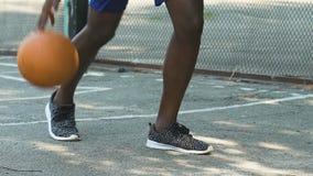 Sirva la bola de goteo sin el donante de ella al opositor, jugando el streetball, lento-MES almacen de video
