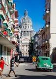 Sirva la calle de las cruces adentro con el edificio capital cubano en fondo Foto de archivo