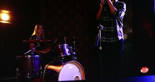 Sirva la canción del canto mientras que mujer que juega en el tambor 4k determinado almacen de metraje de vídeo
