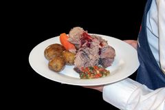 Sirva la carne con la salsa, las patatas hervidas y las zanahorias en una placa blanca imágenes de archivo libres de regalías