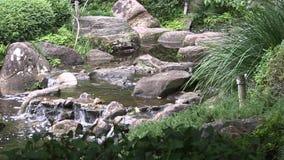 Sirva la cascada hecha en un jardín japonés ajardinado en Australia metrajes
