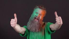 Sirva la celebración de día del ` s de St Patrick en la mudanza negra de la pared alegre almacen de video