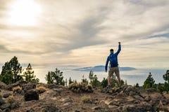 Sirva la celebración de la puesta del sol que mira la visión en montañas fotografía de archivo libre de regalías
