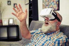 Sirva la charla con alguien usando los vidrios de la realidad virtual Foto de archivo libre de regalías