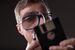 Sirva la comprobación de datos con un concepto del análisis de datos de la lupa Foto de archivo