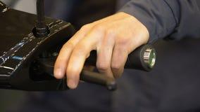 Sirva la comprobación del nuevo freno de la moto, vehículo de la prueba de conducción antes de la compra, exposición metrajes