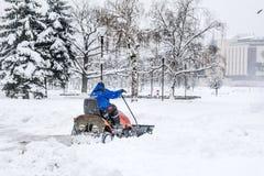 Sirva la conducción de la máquina de la retirada de la nieve en Sofía, Bulgaria Fotografía de archivo libre de regalías