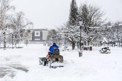 Sirva la conducción de la máquina de la retirada de la nieve en Sofía, Bulgaria Imagen de archivo