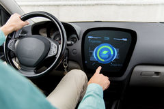 Sirva la conducción del coche con modo del eco a bordo el ordenador Imagen de archivo libre de regalías
