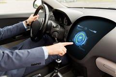 Sirva la conducción del coche con modo del eco a bordo el ordenador Imagenes de archivo