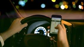 Sirva la conducción del coche en el concepto del peligro del teléfono de la noche que practica surf y del web almacen de video