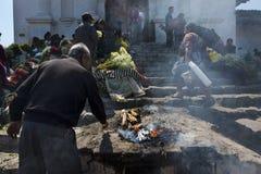 Sirva la ejecución de un ritual antiguo del maya en las escaleras de Santo Tomas Church Iglesia de Santo Tomas en la ciudad de Ch Fotos de archivo