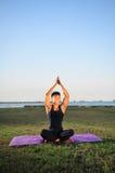 Sirva la ejecuci?n de la yoga 4 imagenes de archivo