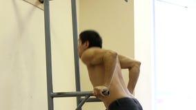 Sirva la elevación encima de su peso del cuerpo mientras que ejercita en barrases paralelas almacen de video