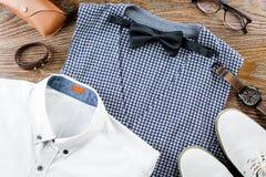 Sirva la endecha plana del equipo clásico de la ropa del ` s con la camisa, el chaleco, el bowtie, los zapatos y los accesorios f Imagen de archivo libre de regalías