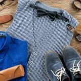 Sirva la endecha plana del equipo clásico de la ropa del ` s con la camisa, el chaleco, el bowtie, los zapatos y los accesorios f Imágenes de archivo libres de regalías