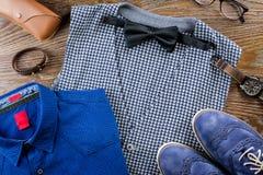Sirva la endecha plana del equipo clásico de la ropa del ` s con la camisa, el chaleco, el bowtie, los zapatos y los accesorios f Imagenes de archivo