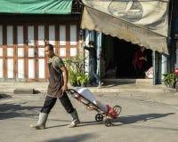 Sirva la entrega de los paquetes en el mercado del warorot en Chiang Mai fotos de archivo