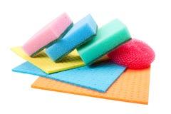 Sirva la esponja que se lava, paño de cocina y friegue la pista imagen de archivo libre de regalías