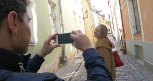 Sirva la fabricación de la foto de una mujer con el teléfono celular almacen de video