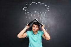 Sirva la imitación del tejado con el latop y el recubrimiento de la lluvia exhausta fotos de archivo libres de regalías