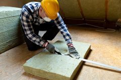 Sirva la instalación de capa termal del aislamiento del tejado - usando el mineral corteje fotografía de archivo