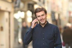 Sirva la invitación del teléfono que camina en la calle Fotos de archivo