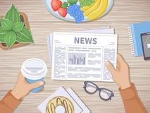 Sirva la lectura de las últimas noticias en las manos humanas del desayuno que sostienen el café para ir y el periódico Buen comi Fotos de archivo libres de regalías