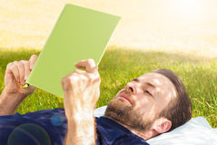 Sirva la lectura de un libro al aire libre en el jardín Imagen de archivo