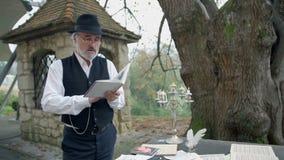 Sirva la lectura de un poema que se coloca en el jardín metrajes