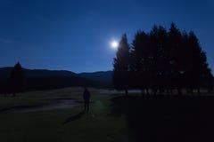 Sirva la luna de observación en el campo de golf del bosque de Cansiglio Foto de archivo
