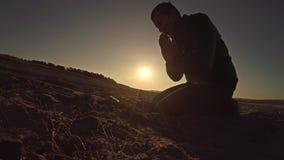 Sirva la luz del sol de rogación del sol de la silueta de la puesta del sol de dios que se sienta la religión Fotos de archivo