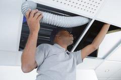 Sirva la manguera apropiada de la ventilación en roofspace imágenes de archivo libres de regalías