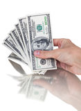Sirva la mano con 100 billetes de dólar aislados en un fondo blanco Imagen de archivo libre de regalías
