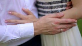 Sirva la mano del ` s que frota ligeramente una mano del ` s de la mujer, primer almacen de video