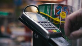 Sirva la mano del ` s que inserta la tarjeta en terminal del pago de la tarjeta metrajes