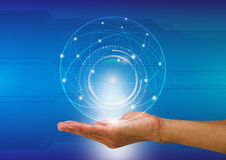 Sirva la mano del ` s que sostiene el mundo digital con el fondo de la comunicación imagen de archivo libre de regalías