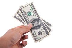 Sirva la mano que lleva a cabo 100 billetes de dólar aislados en el fondo blanco Fotos de archivo