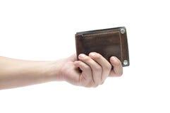 Sirva la mano que sostiene la cartera de cuero de los hombres aislada en el fondo blanco Imagen de archivo