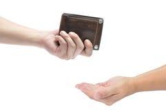 Sirva la mano que sostiene la cartera de cuero de los hombres en el fondo blanco Imagenes de archivo