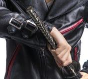Sirva la mano que sostiene la espada del samurai en el fondo blanco, enchufe de cuero Fotografía de archivo libre de regalías